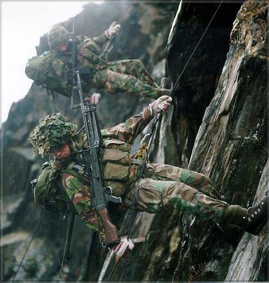 Korps Mariniers Webbing - Page 3 Absail10