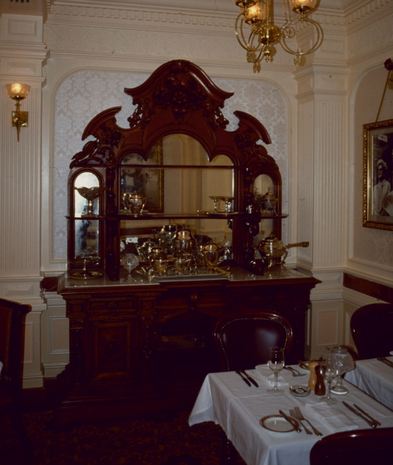 (Histoire) Lilly's Boutique a remplacé une salle du Walt's - An American Restaurant Walt_s11