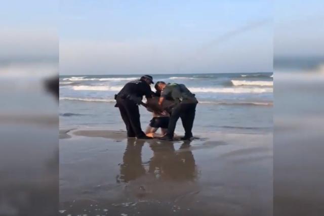 Detienen a un hombre por negarse a salir de la playa con bandera roja en Daimús (Valencia) _captu10
