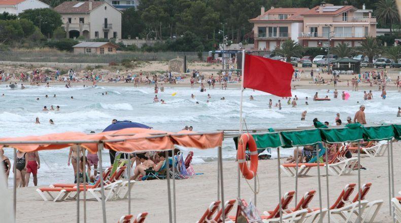 Detienen a un hombre por negarse a salir de la playa con bandera roja en Daimús (Valencia) Imagen10
