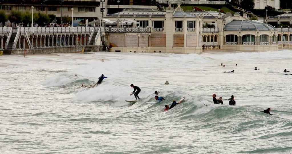 Detienen a un hombre por negarse a salir de la playa con bandera roja en Daimús (Valencia) Surf-c10