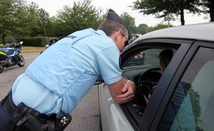 un gendarme arrête un  automobiliste Police10