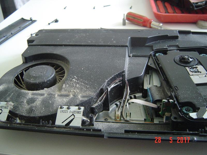 Nettoyage  de la PS3 ultra slim. Dsc05128