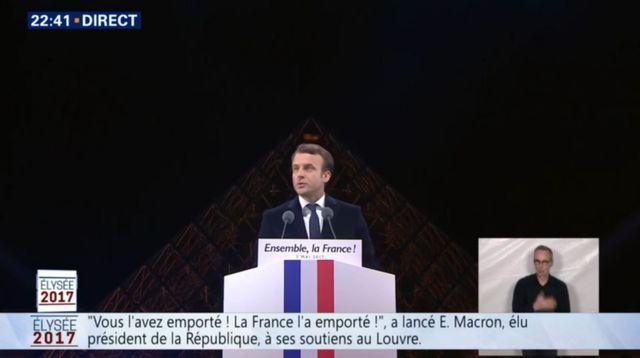 L'œil qui voit tout; tous les symboles des Illuminatis dans les médias - Page 4 Macron10