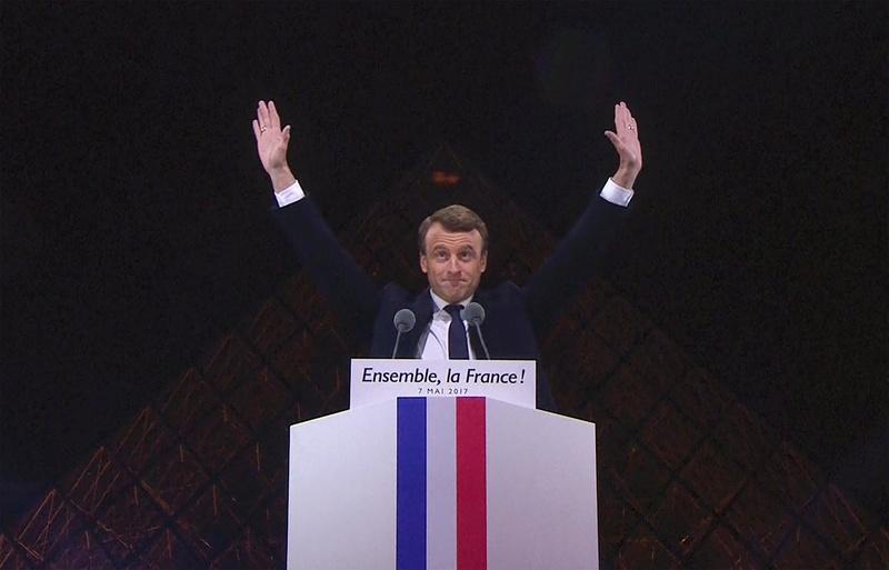 L'œil qui voit tout; tous les symboles des Illuminatis dans les médias - Page 4 Macron11