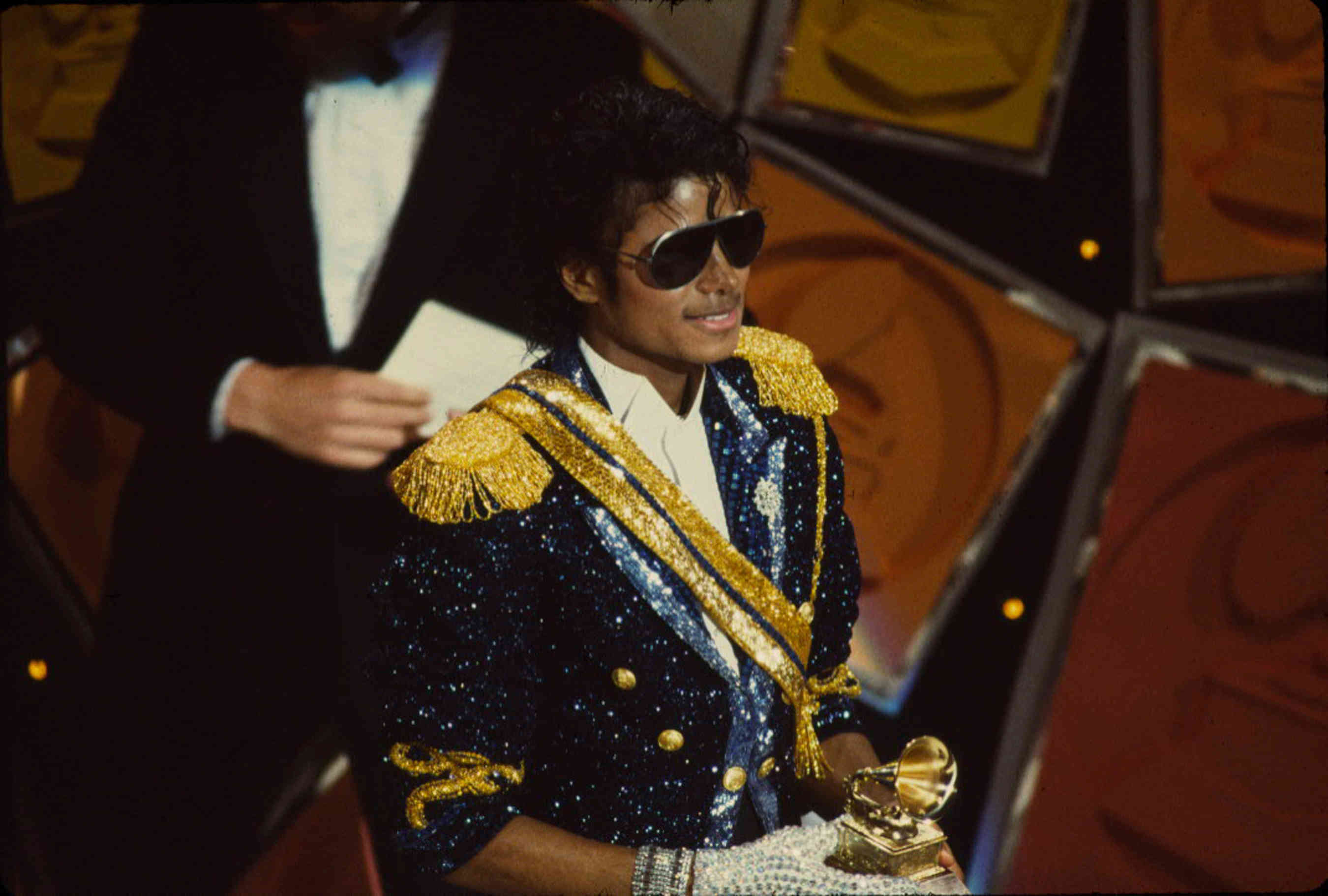 "MICHEAL JACKSON: OGGI, NEL 1984, VINCEVA 8 GRAMMY AWARDS CON ""THRILLER"" Jackso10"