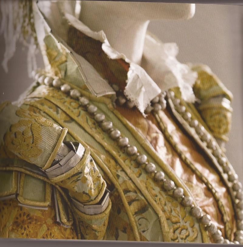 Les costumes de papier d'Isabelle de Borchgrave Catagi10