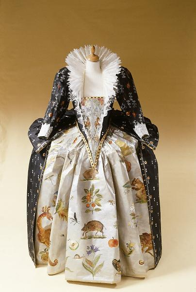 Les costumes de papier d'Isabelle de Borchgrave Eliz_i10