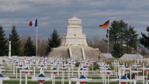 [Histoires et Histoire] Monuments aux morts originaux Français Tome 1 - Page 37 Macedo10