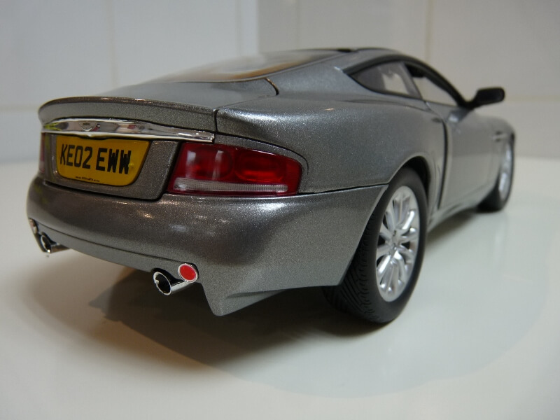 Aston Martin Vanquish - 2001 - James Bond - The Beanstalk Groupe 1/18 ème Aston_14