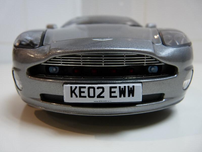 Aston Martin Vanquish - 2001 - James Bond - The Beanstalk Groupe 1/18 ème Aston_16