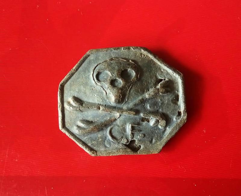 Bouton tête de mort ,CF Capitaine de Frégate, titre attribué aux officiers corsaires vers 1800. 18034310