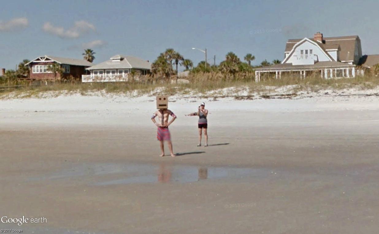 STREET VIEW : un étrange surfeur attend la vague à Atlantic Beach, Floride Atlant14