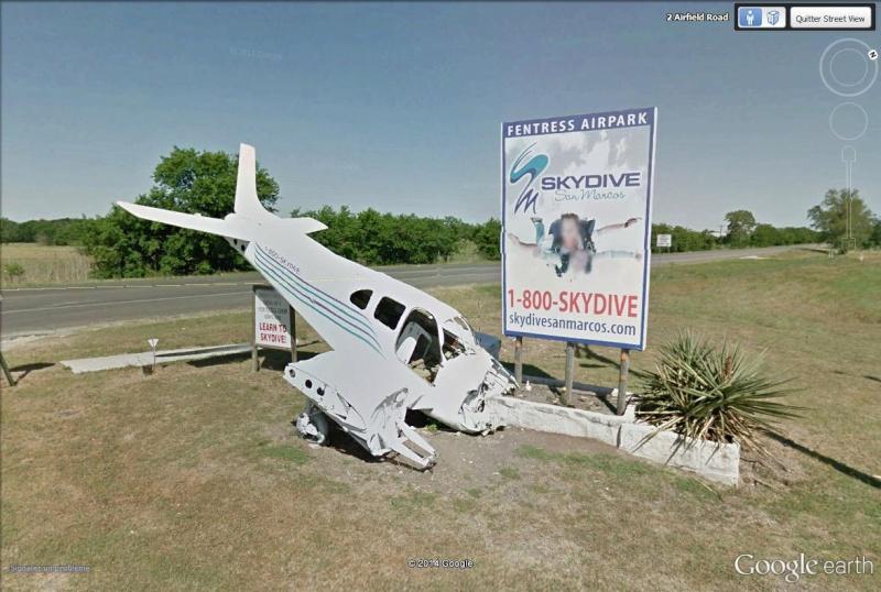 [STREET VIEW] Une école de parachutisme qui sait se faire remarquer, à San Marcos, Texas Skydiv10