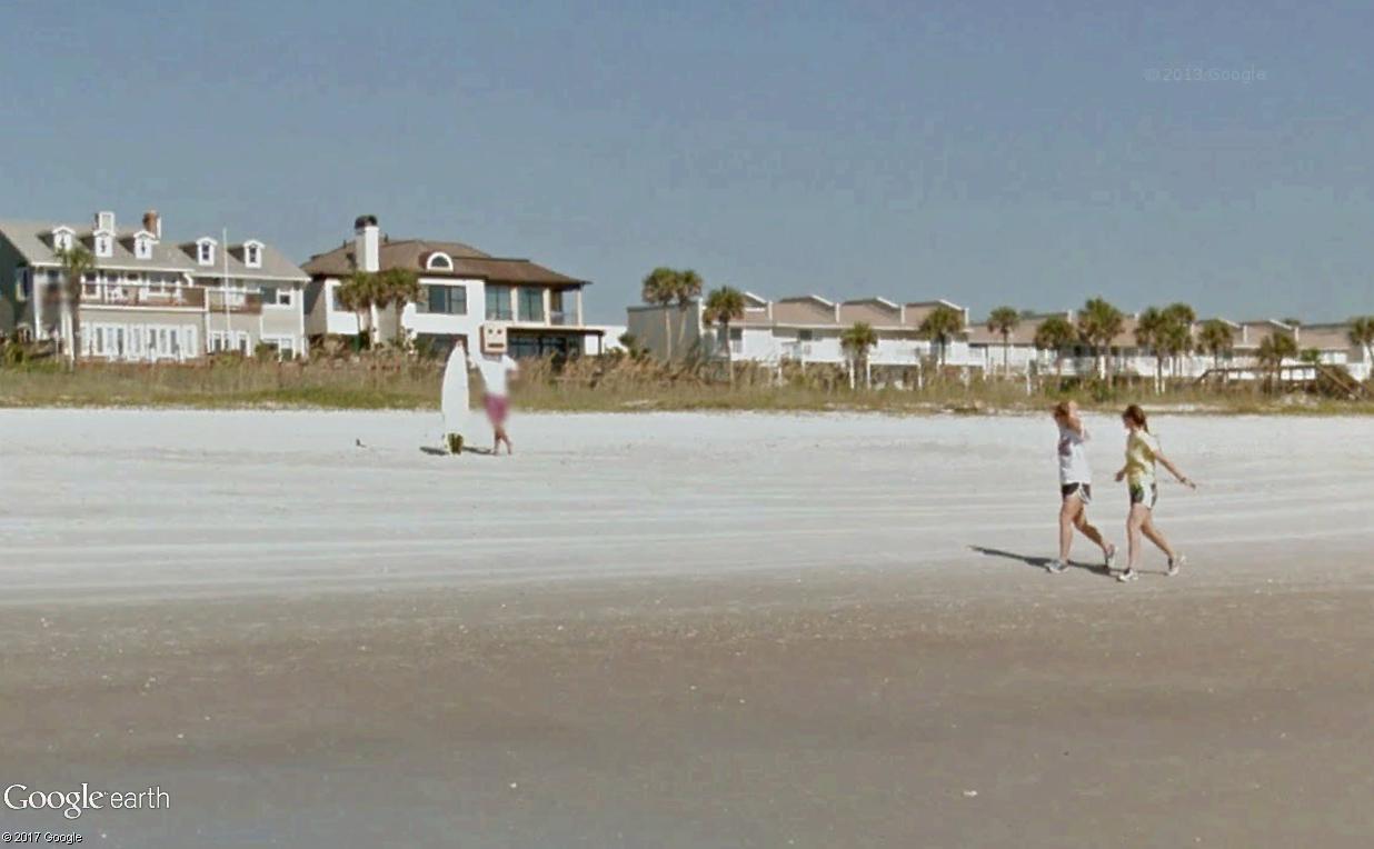 STREET VIEW : un étrange surfeur attend la vague à Atlantic Beach, Floride Surfeu10