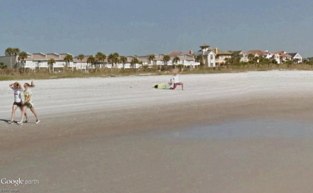 STREET VIEW : un étrange surfeur attend la vague à Atlantic Beach, Floride Surfeu11