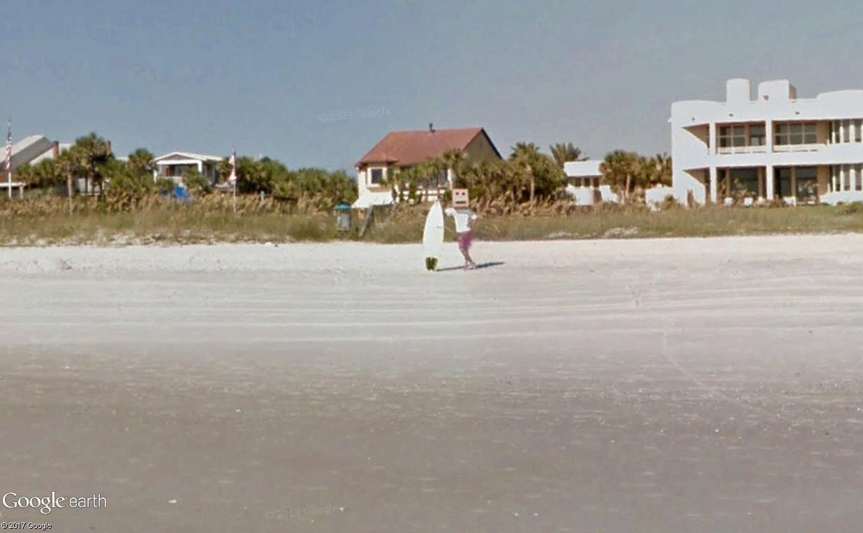 STREET VIEW : un étrange surfeur attend la vague à Atlantic Beach, Floride Surfeu12