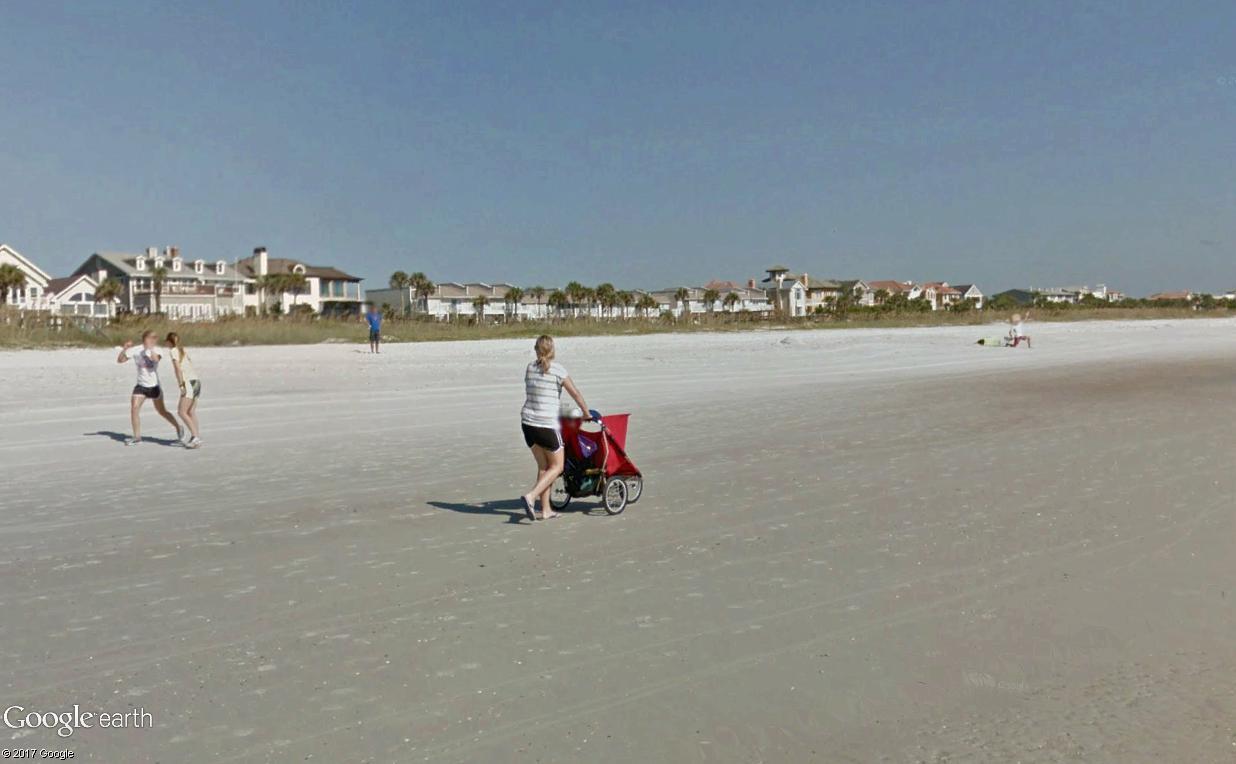 STREET VIEW : un étrange surfeur attend la vague à Atlantic Beach, Floride Surfeu13
