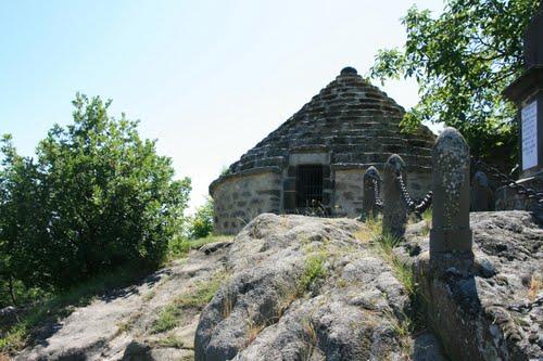 chapelle du chastel et l'ossuaire de Saint floret (puy de dome) : [à éviter] Ossuai11