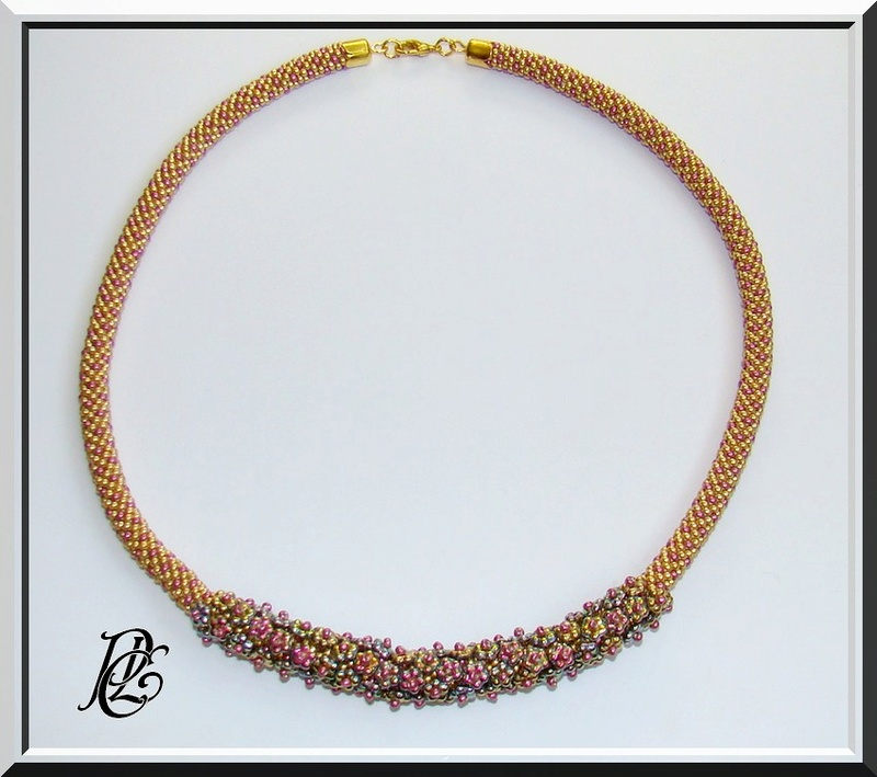 Spirale crochet fleurie,pompon et triangle Dsc04128