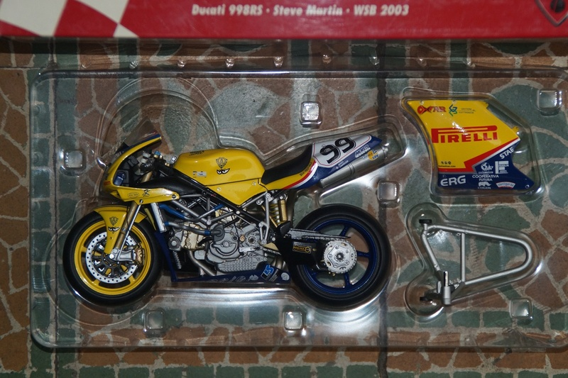 VENDU! Miniatures Minichamps 1/12 Ducati 916/996/998.  Dsc05611