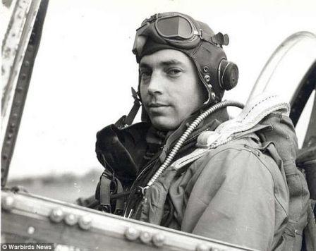 Décès du pilote américain passé sous la Tour Eiffel en 1944 .(Info du site de la FNCV) _avion11