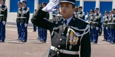 (N°25)Un élève gendarme décoré de la médaille militaire lors d'un baptême de promotion . (Source FNCV ) _genda10