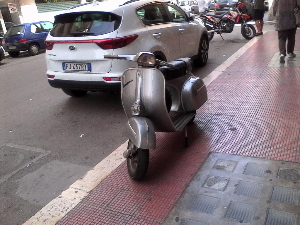 Foto di moto d'epoca o rare avvistate per strada - Pagina 17 01810