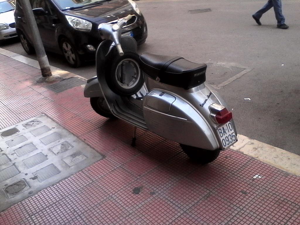 Foto di moto d'epoca o rare avvistate per strada - Pagina 17 01910