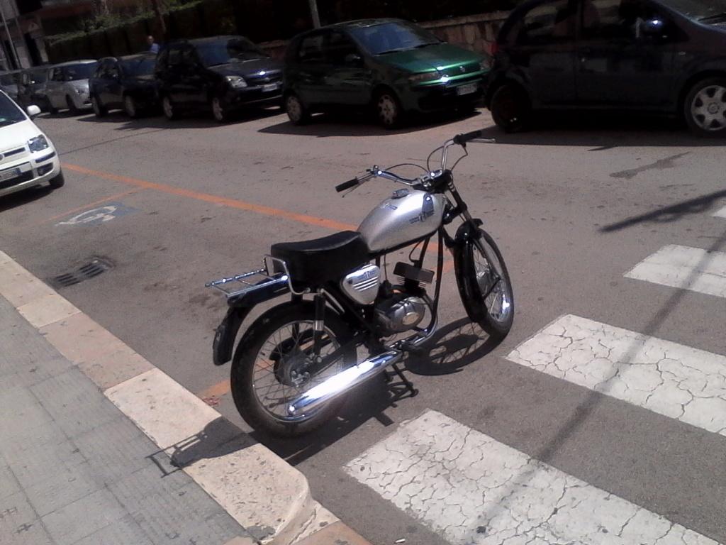 Foto di moto d'epoca o rare avvistate per strada - Pagina 17 02711