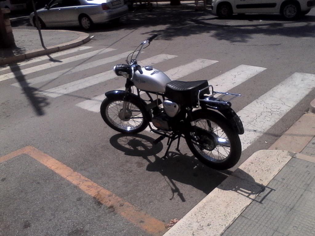 Foto di moto d'epoca o rare avvistate per strada - Pagina 17 02910