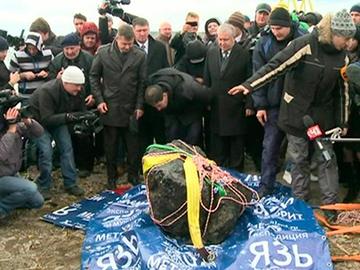 La météorite de Tcheliabinsk sort du lac Meteor10