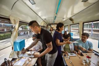 Smullen van Indonesische gerechten in de tram 125