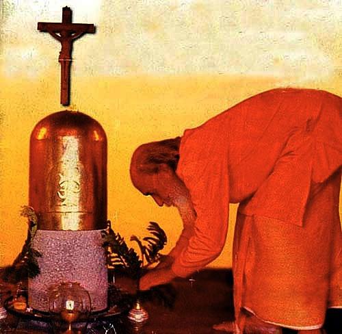 les krishnas utilisent des statues mourti Lingam10