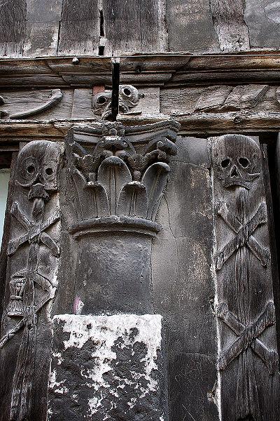 La peste noire à Rouen: l'aître Saint-Maclou 400px-10