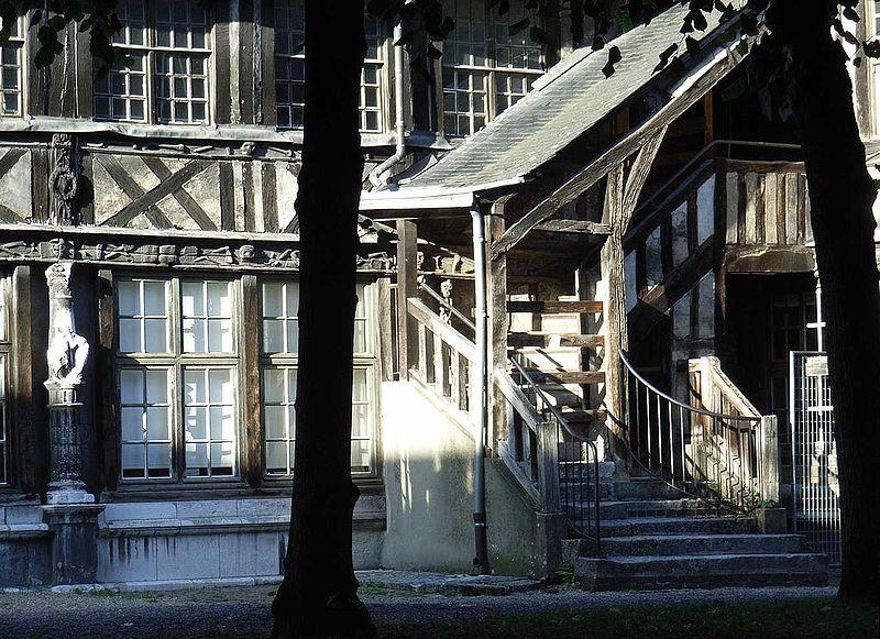La peste noire à Rouen: l'aître Saint-Maclou 800px-11