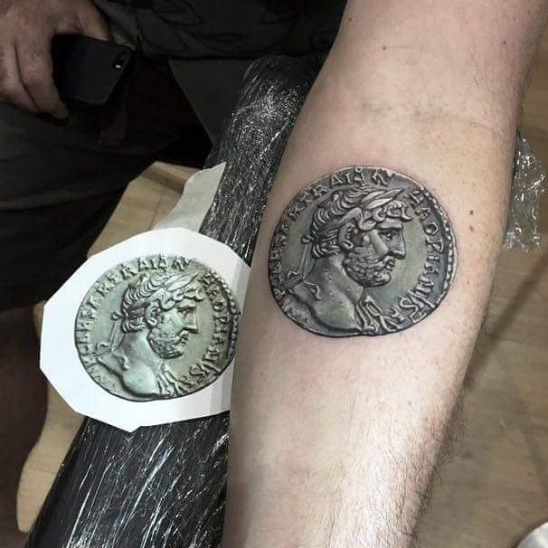 Tatuaje de un bonito denario de Adriano en el brazo Img-2010