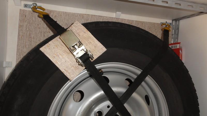 [INFOS Techniques] Comment fixer roue de secours en soute ? Dsc07510