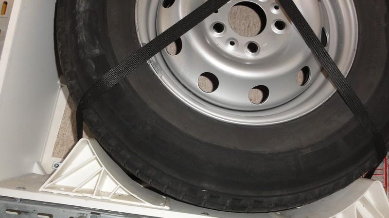 [INFOS Techniques] Comment fixer roue de secours en soute ? Dsc07511
