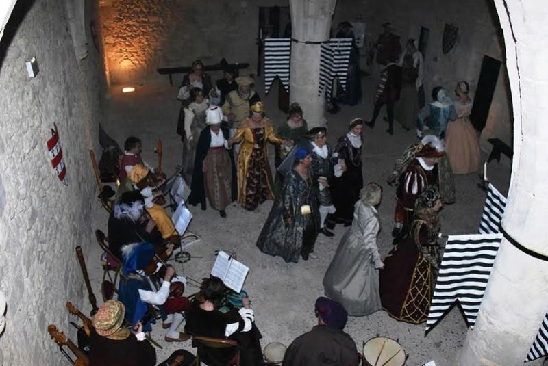 Bal Renaissance au Château de Montmirail, les photos - Page 2 Danse_10