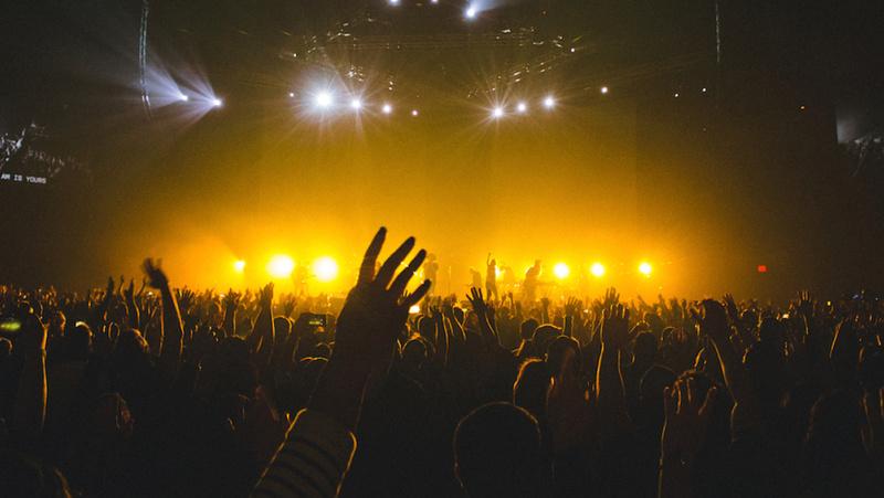 Mal placé à un concert, il s'invente cousin du chanteur sur Wikipédia et finit en zone VIP 7f43b310