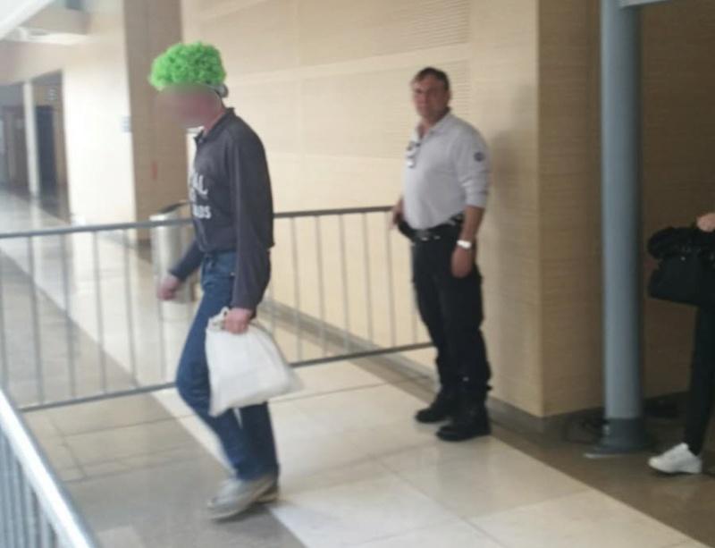 Pour éviter d'être juré, il vient au procès avec une perruque verte Photo-10