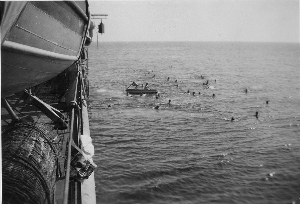 [Les traditions dans la Marine] Baignade le long du bord Momo2510