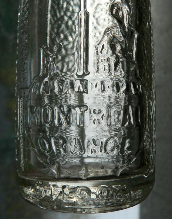 """2 bouteilles de liqueur Art-Deco """"La santé par Montréal Orange"""" embossées - 6oz Mtlora11"""
