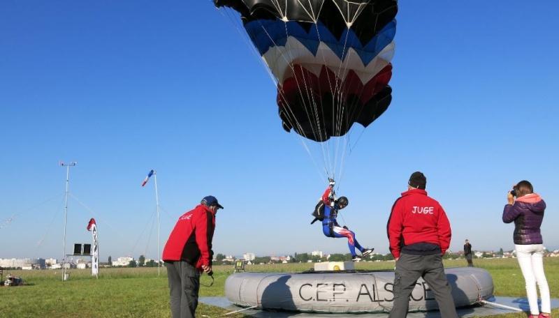 Premières récompenses de l'année pour les parachutistes 0110