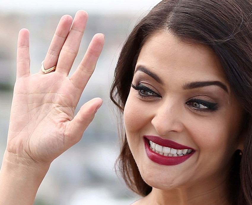AISHWARYA RAI - Bollywood actress: into the hands of Miss World 1994! Aishwa10