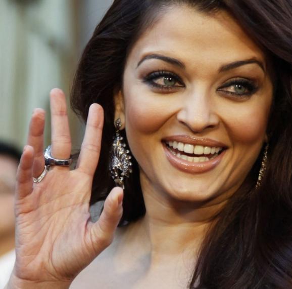 AISHWARYA RAI - Bollywood actress: into the hands of Miss World 1994! Aishwa11