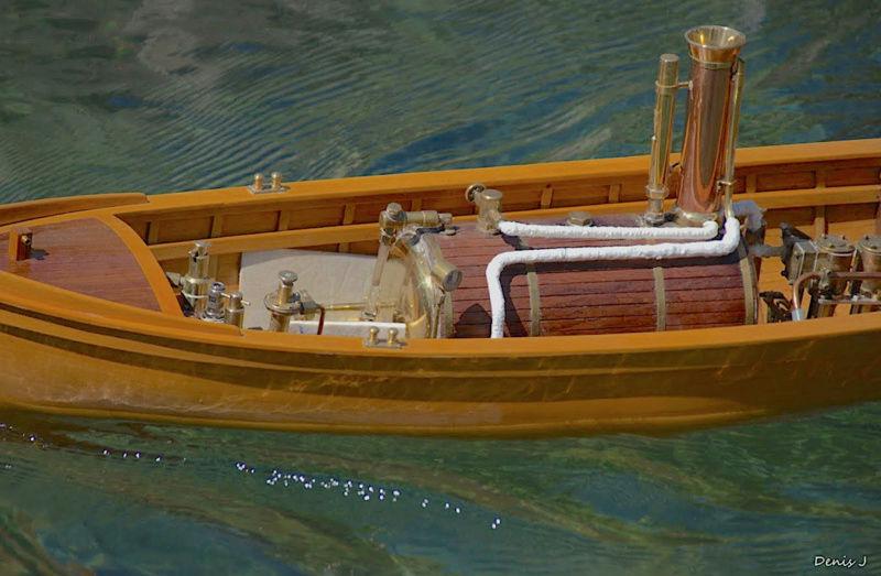 Chaloupe à Vapeur / Chaudière horizontale et moteur doube cylindre. Captu258
