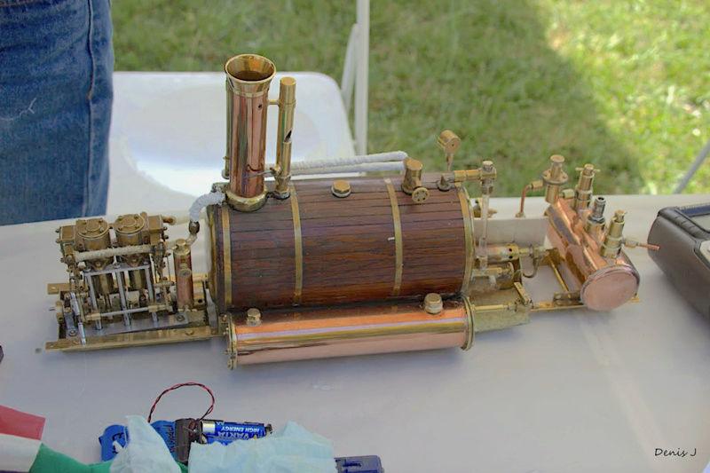 Chaloupe à Vapeur / Chaudière horizontale et moteur doube cylindre. Captu259