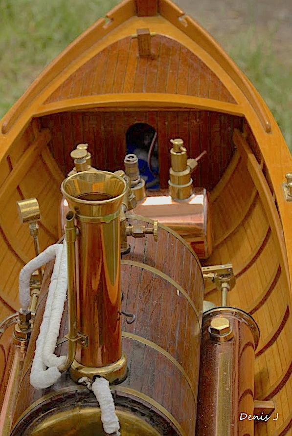 Chaloupe à Vapeur / Chaudière horizontale et moteur doube cylindre. Captu262